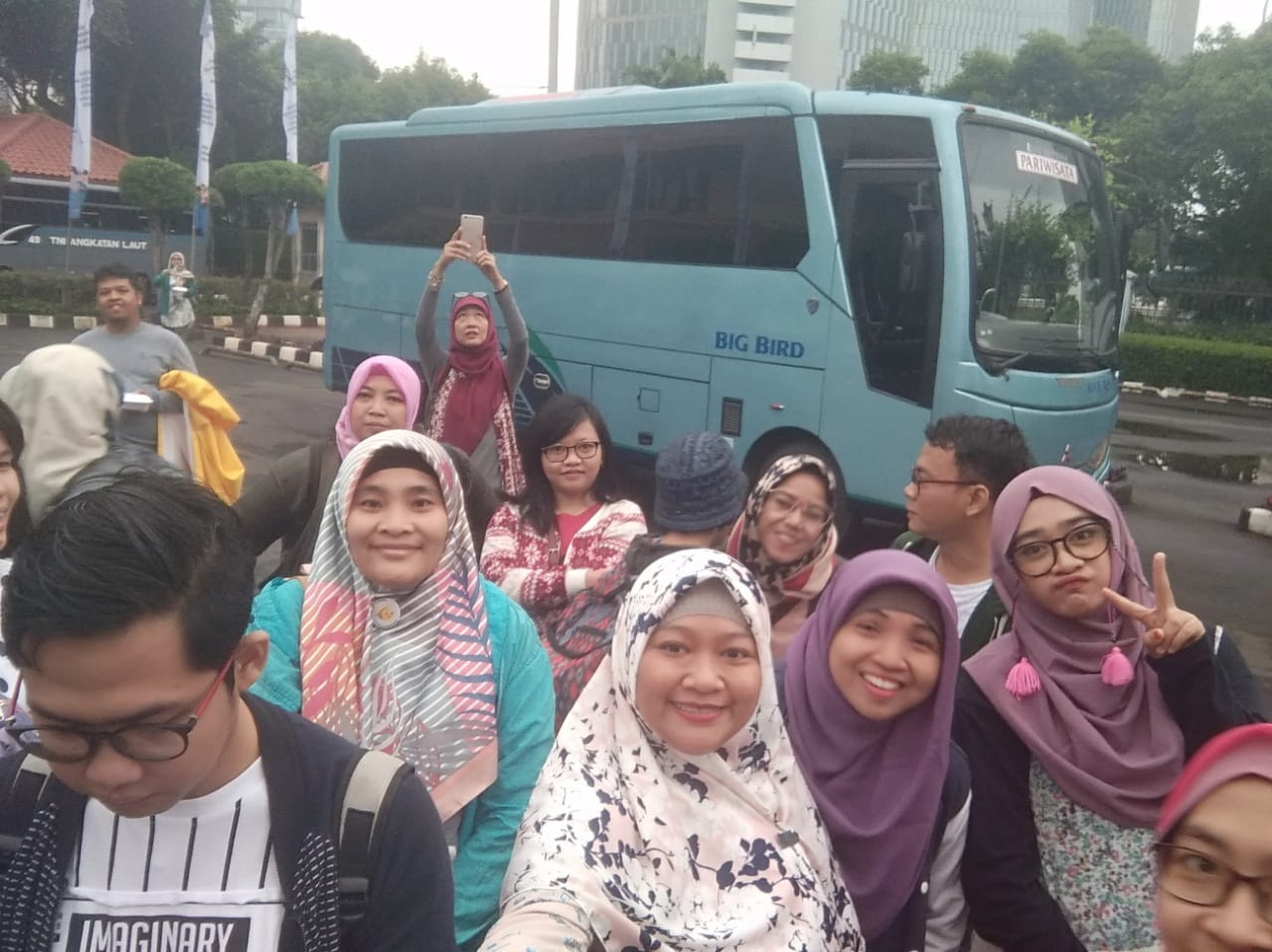 Menggunakan bus Blue Bird, kami blogger Jabodetabek menuju Trans Studio Bandung.