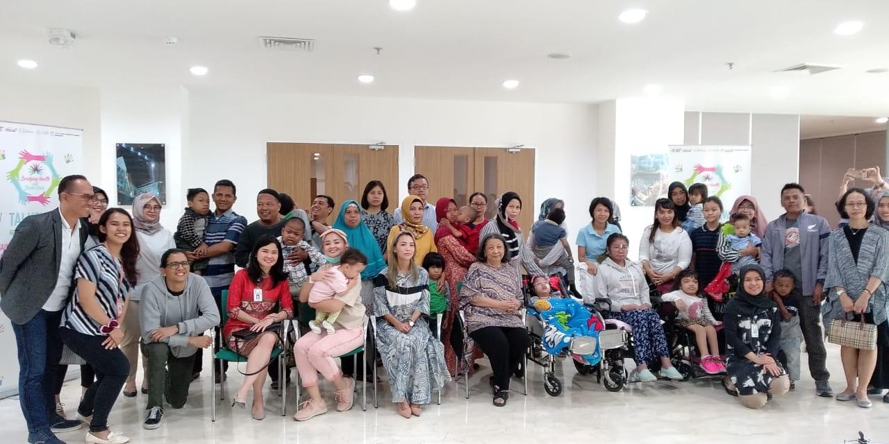 Foto bersama dengan dokter, orang tua dan anak-anak dengan penyakit langka.