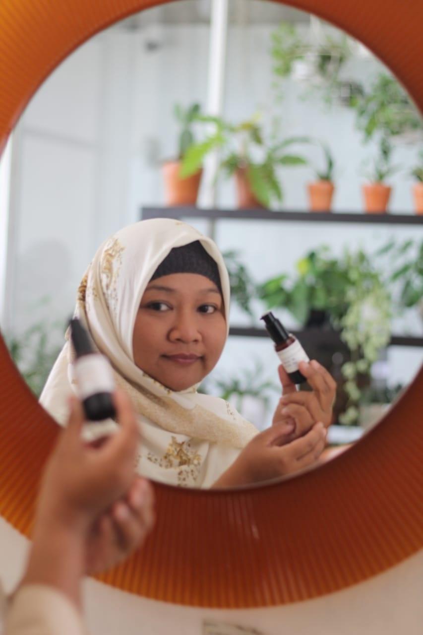 Cocok menggunakan perawatan wajah dari ERHA, saya beli produknya secara online di Erhastore