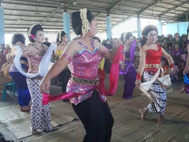 Acara Kenduri Nusantara Umbul Donga Larung Sukerto dibuka dengan tarian gembyong.