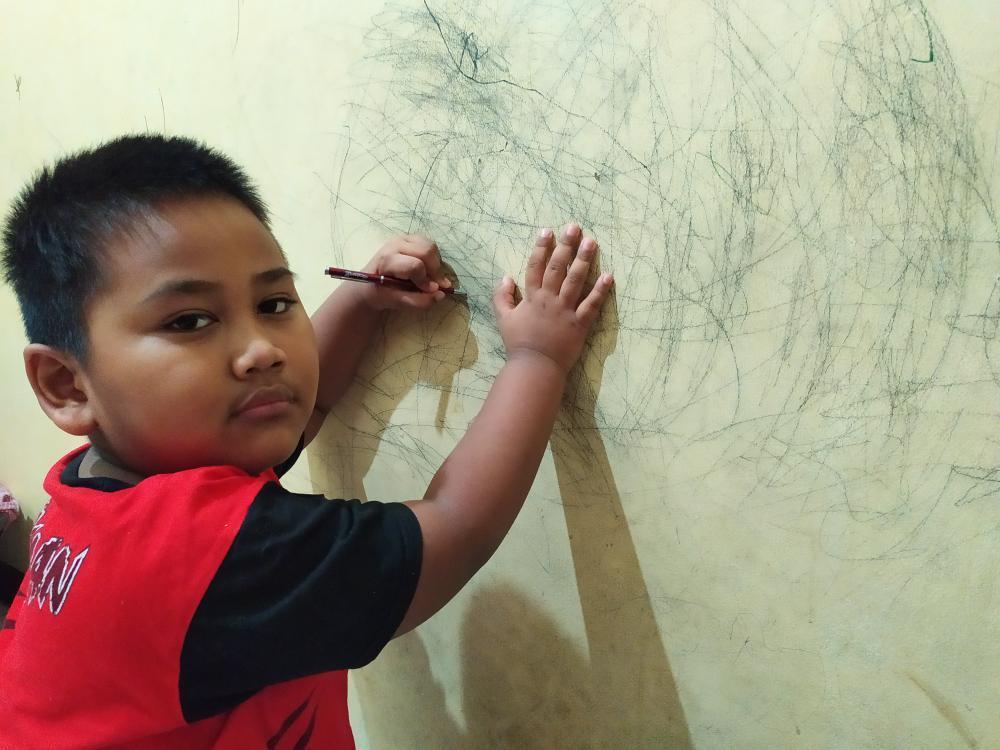 Dinding selalu jadi kanvas bagi anak-anak